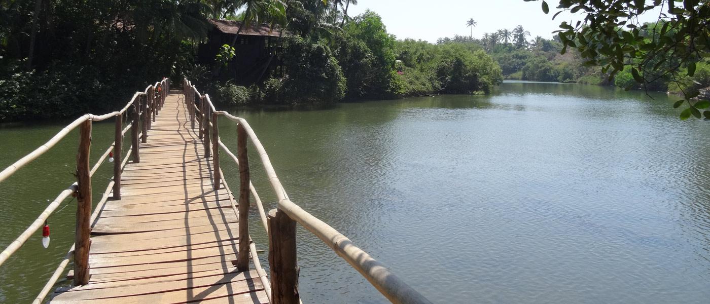 Die Brücke über einen Fluss
