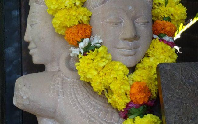 indische Göttin mit Blumenkranz