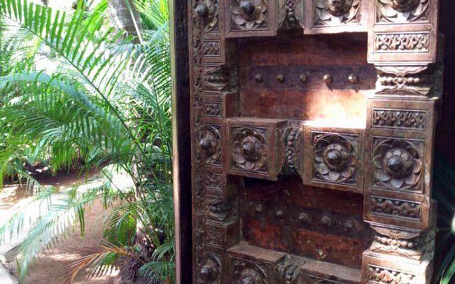 Offene Holztür in Indien